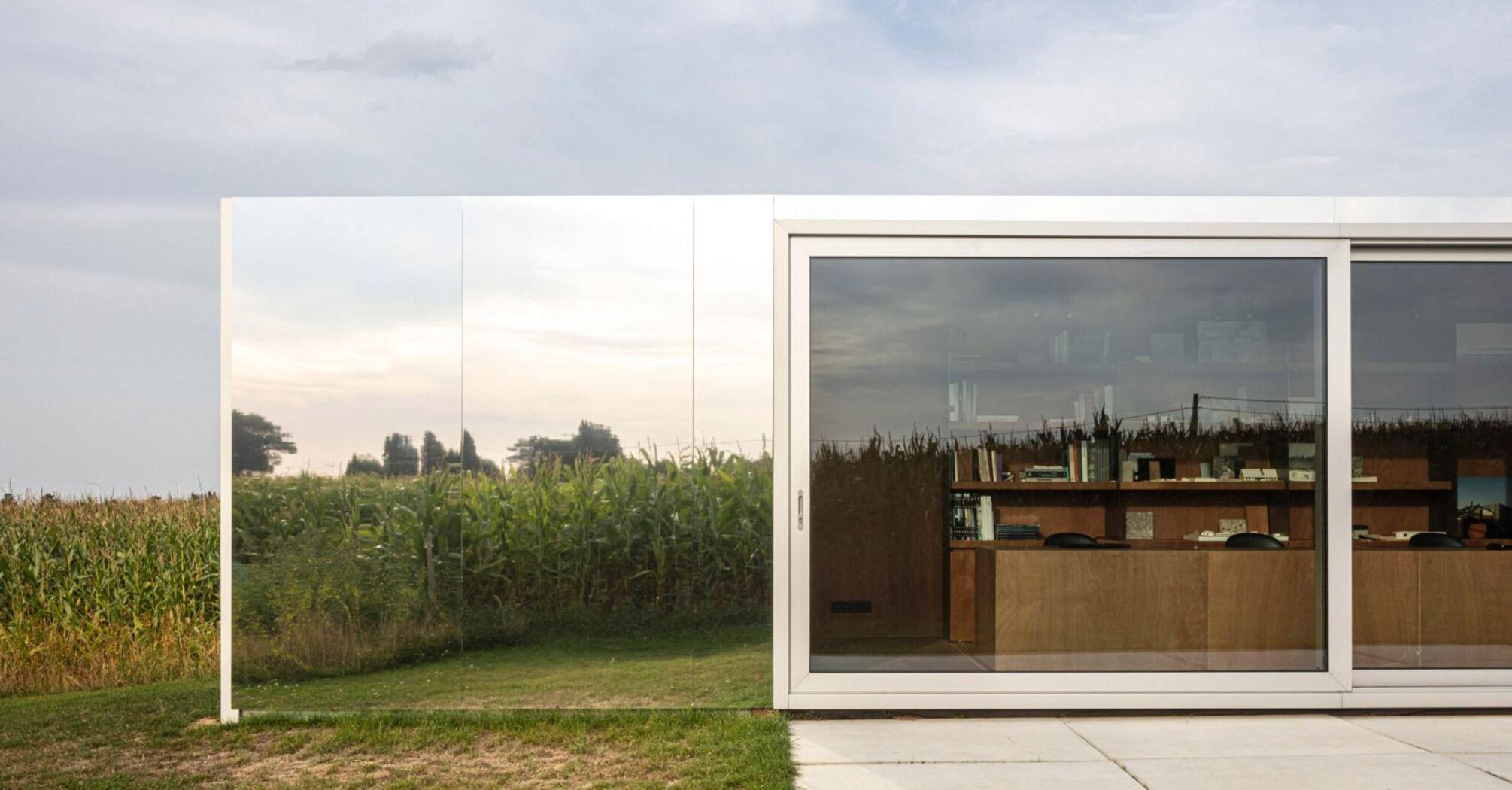 Будиночки з контейнерів зливаються з довкіллям — бо продумано покриті дзеркалами й деревом