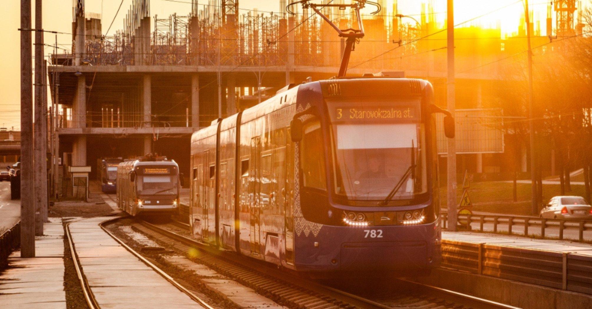 Оновлена кінцева станція швидкісного трамваю в Києві виходить у ТЦ. Фото