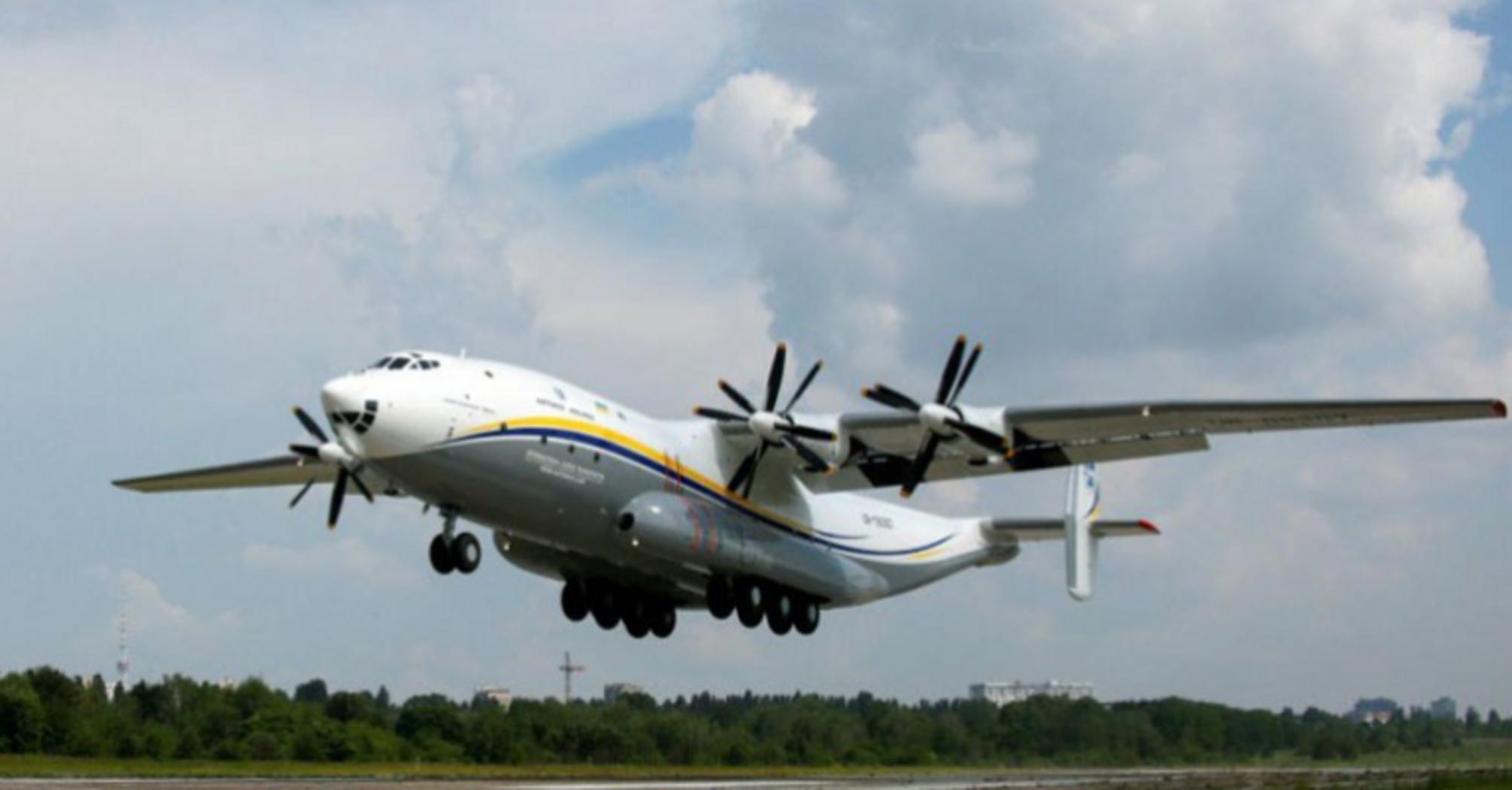 """Наибольший в мире турбовинтовой грузовой самолет Ан-22 """"Антонова"""" возобновил перелеты"""