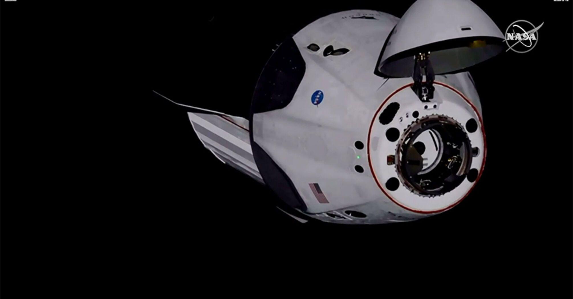 Корабель Space X з астронавтами здійснив успішну стиковку з МКС