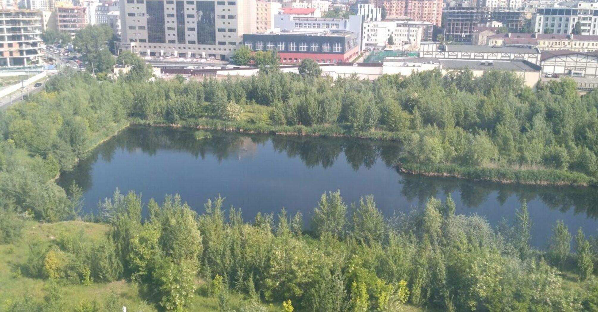 В центре Киева вокруг строительного котлована, где образовалось озеро, создадут парк
