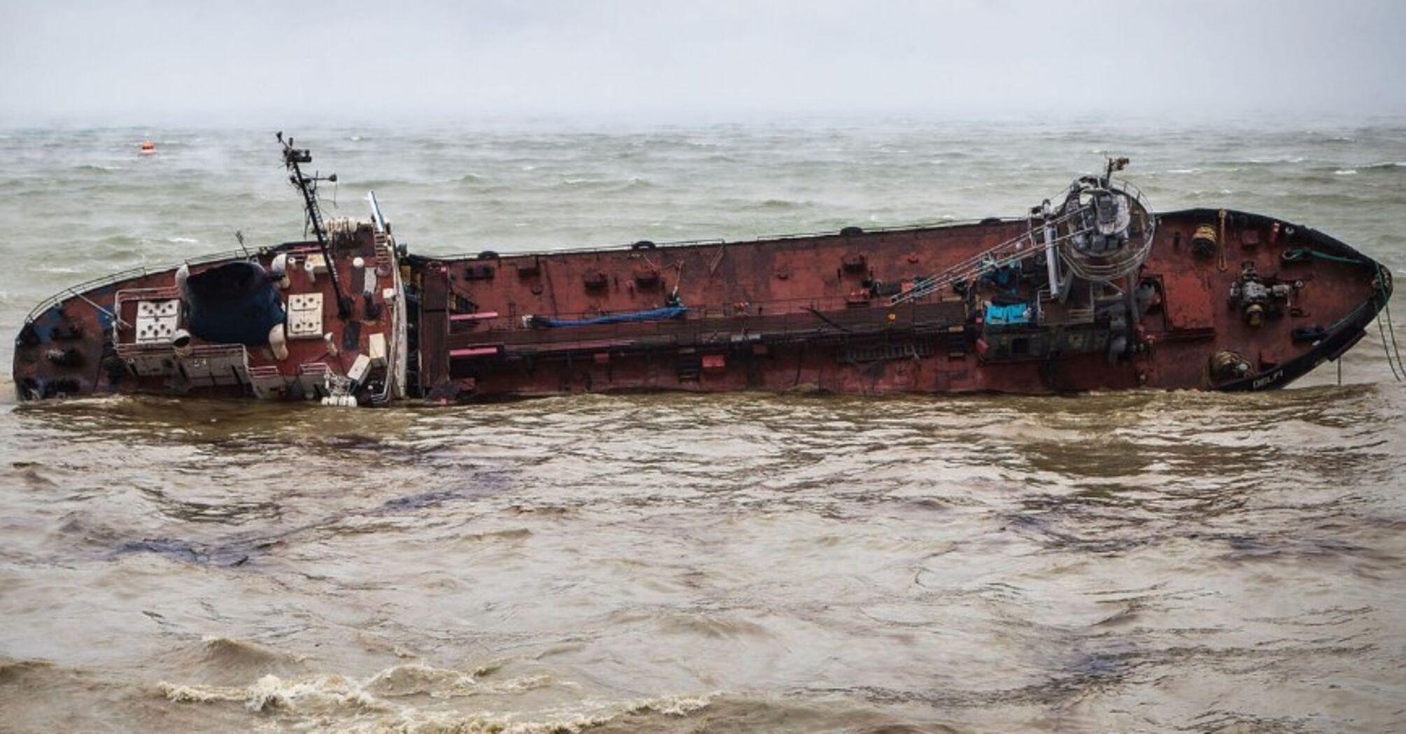 Фото: в Одесі зірвалися спроби прибрати з пляжу затонулий танкер