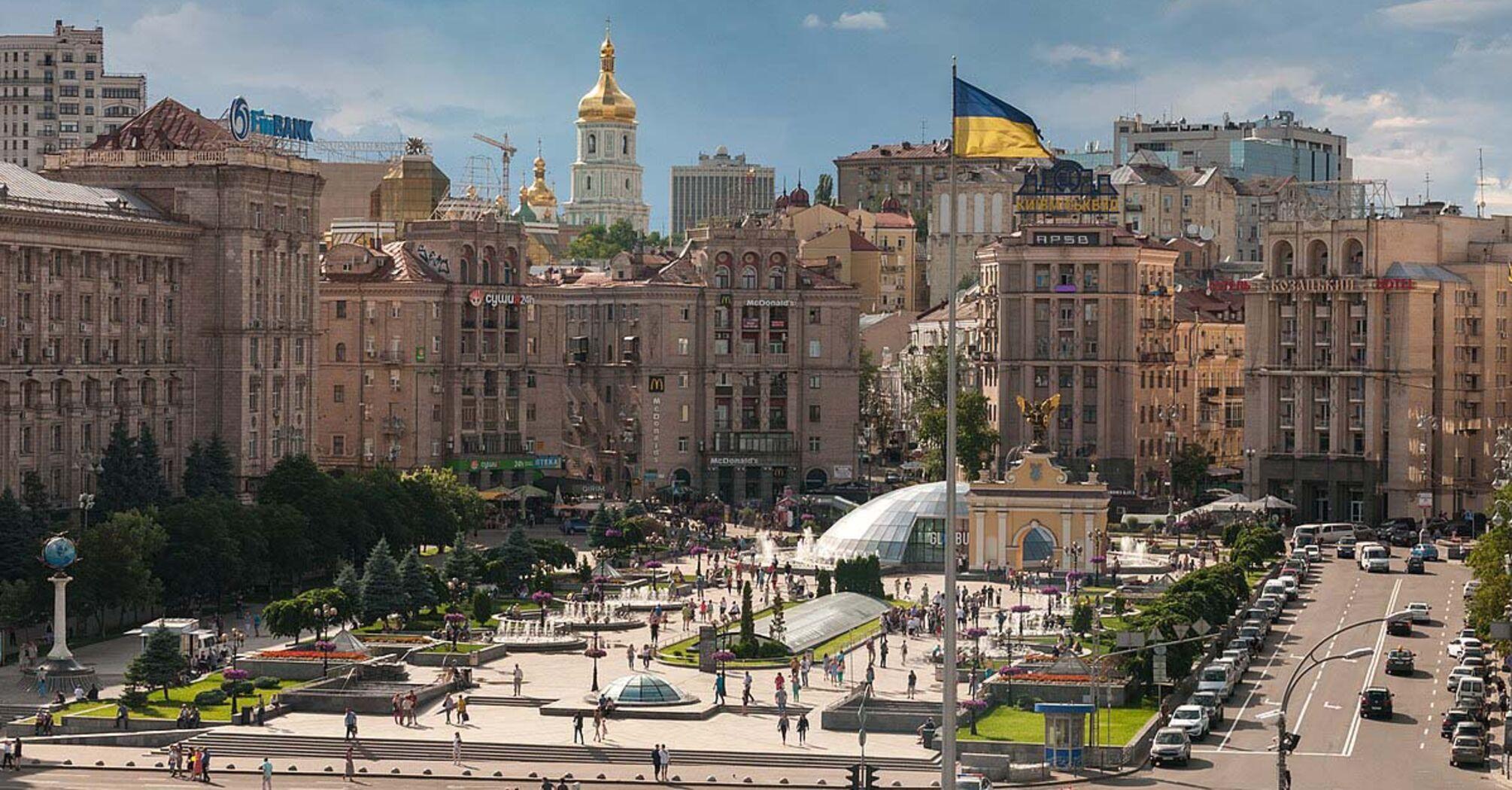 На Майдані Незалежності прибрали більшість незаконних вивісок над будинками