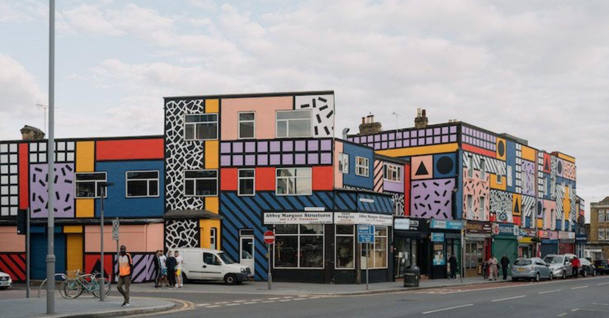 У Лондоні розмалювали цілий квартал геометричним муралом (фото)