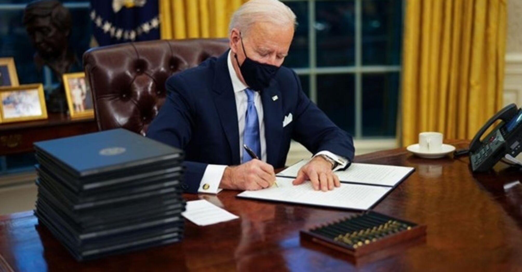 Байден скасував ряд рішень Трампа: перші укази